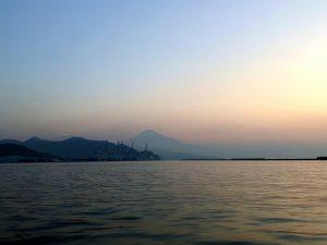 三保沖からみた朝の富士山